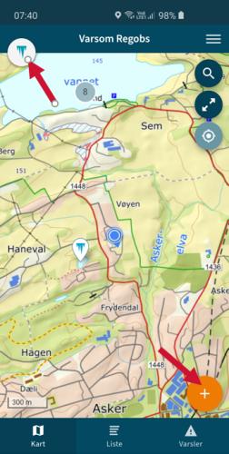 Et skjermbilde fra mobil på appen Varsom Regob. Bildet viser med piler hvordan man skal sette is som aktivt tema, og starte registrering av en ny observasjon.