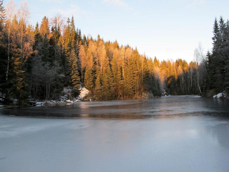 Bildet viser en innsnevring på Røyrivannet i Østmarka hvor isen ofte er usikker, dels på grunn av innsnevringen, men også på grunn av en bekk som kommer inn fra siden.