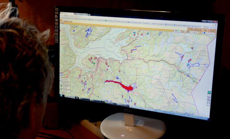 Bildet viser en som studerer iskart.no på en PC-skjerm.