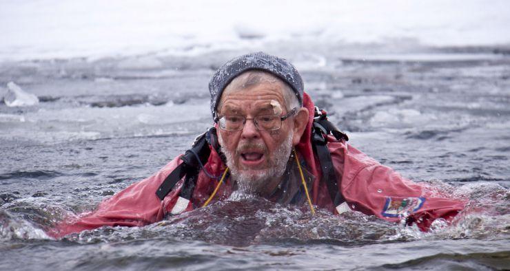 Bildet viser en som kaver i kaldt vann etter å ha gått gjennom isen.