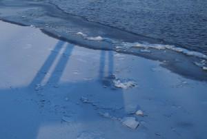 Bildet viser en iskant mot åpent vann, og hvordan vann og isbiter kan kastes inn på isen og danne en forhøyning som blir synlig også etter at resten av vannet er frosset. Skillelinjer er et tegn på endring i istykkelse.