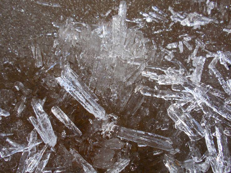 Bildet viser stavis (våris) som er løftet opp og sluppet i bakken. Den knuses da i avlange isstaver.